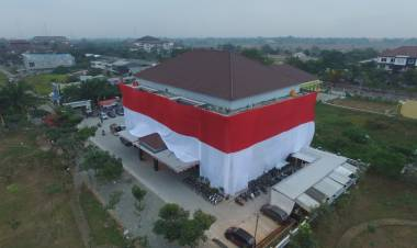 Polresta Kota Tangerang Kibarkan Bendera Raksasa