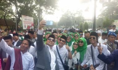 Gerak Jalan Sarung Sambil Selfie ala Pejabat