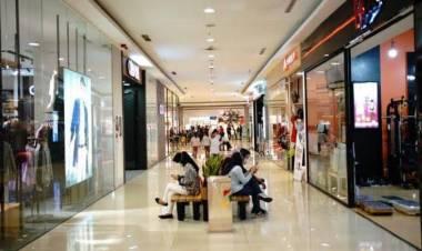 Gelar Aksi Kampanye Prokes, Pegiat Sosial Pasang Spanduk di Tangcity Mall