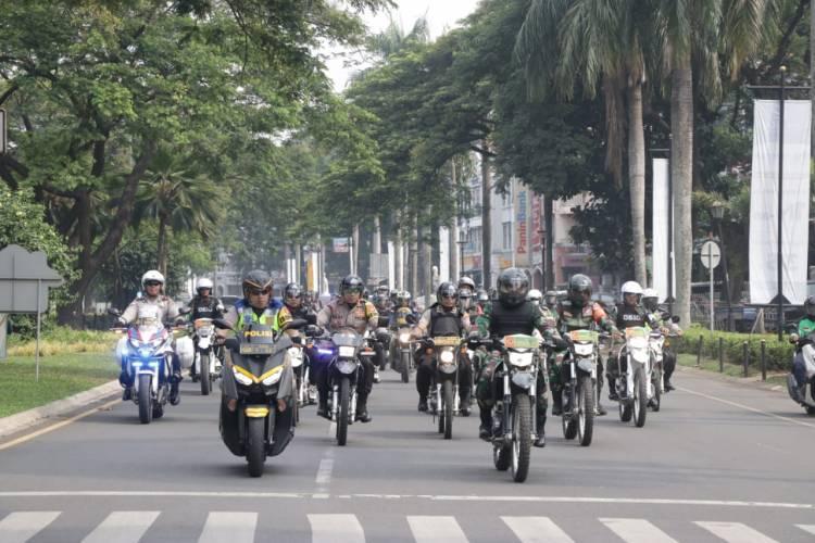 Patroli Bermotor, Polisi dan Tentara Cek Kesiapan Pilkades Serentak Tangkab