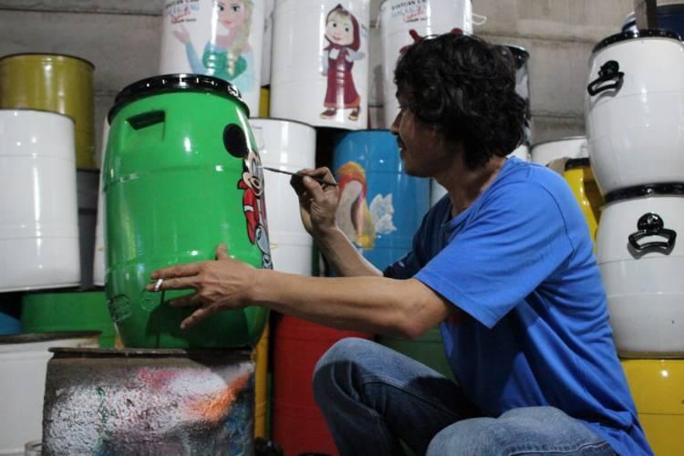 Warga Tangsel Sulap Drum Bekas Jadi Tempat Sampah Berkarakter